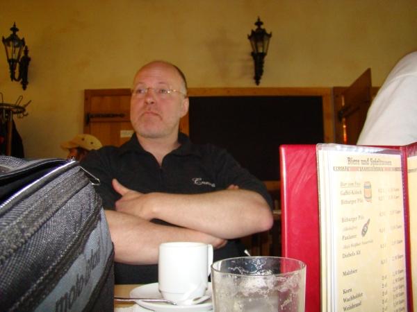 Carsten wartet ungeduldig auf seinen Kaffee